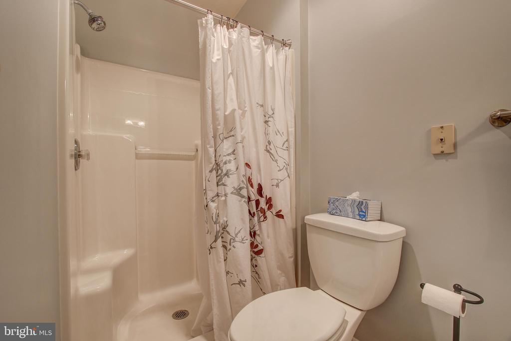 2nd bedroom's en suite bath - 6922 LITTLE FALLS RD #6922, ARLINGTON
