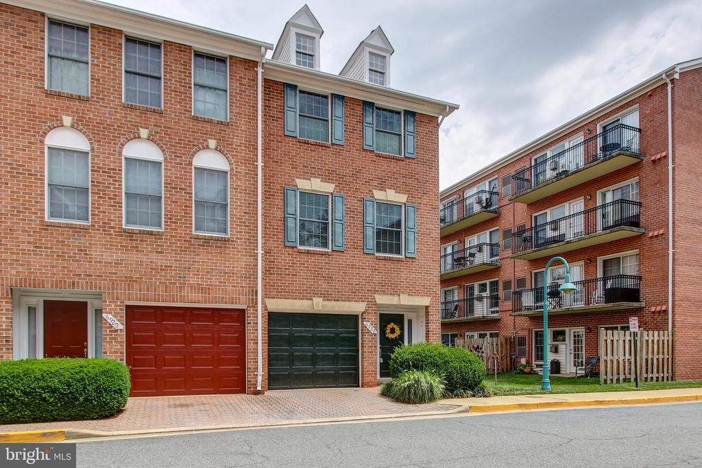 End unit - 6922 LITTLE FALLS RD #6922, ARLINGTON