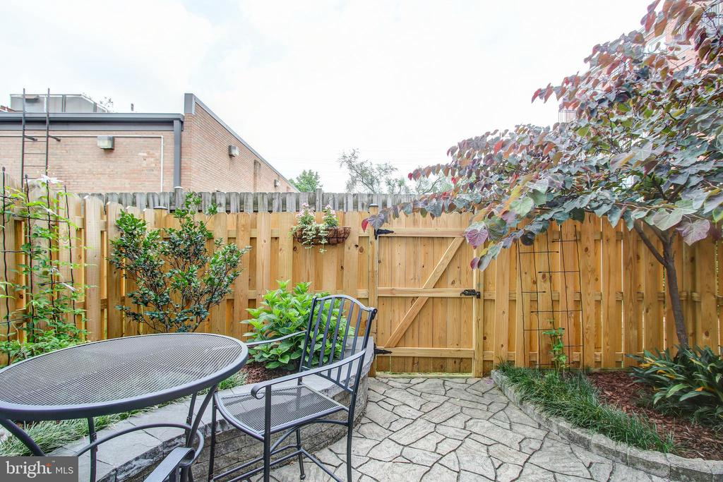Professionally landscaped yard - 6922 LITTLE FALLS RD #6922, ARLINGTON