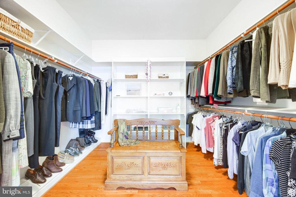 Custom Walk In Closet - 12100 WALNUT BRANCH RD, RESTON