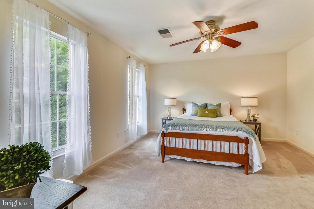 Spacious and bright! - 20529 ASHLEY TER, STERLING