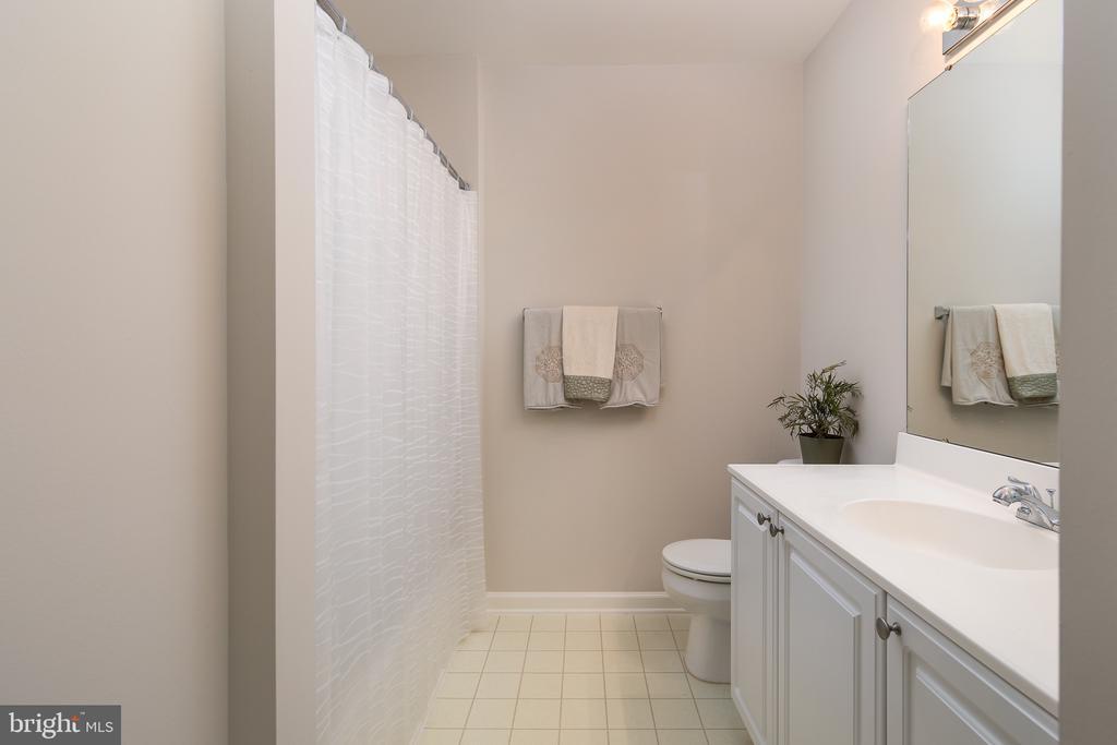 Hall bath - 43190 CENTER ST, CHANTILLY