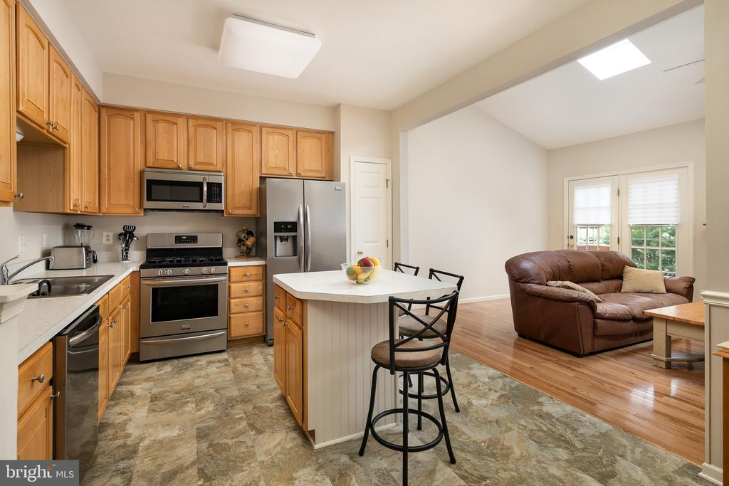 Kitchen leading to family room - 43190 CENTER ST, CHANTILLY