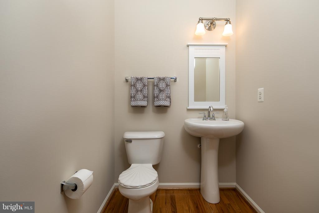 Main level powder room - 43190 CENTER ST, CHANTILLY