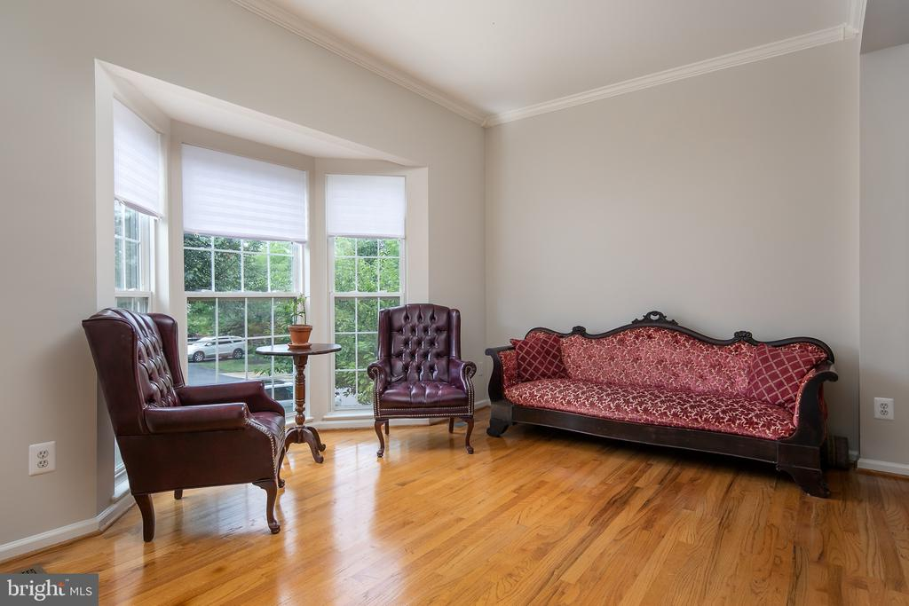 Living room with bay window & h/w floor - 43190 CENTER ST, CHANTILLY