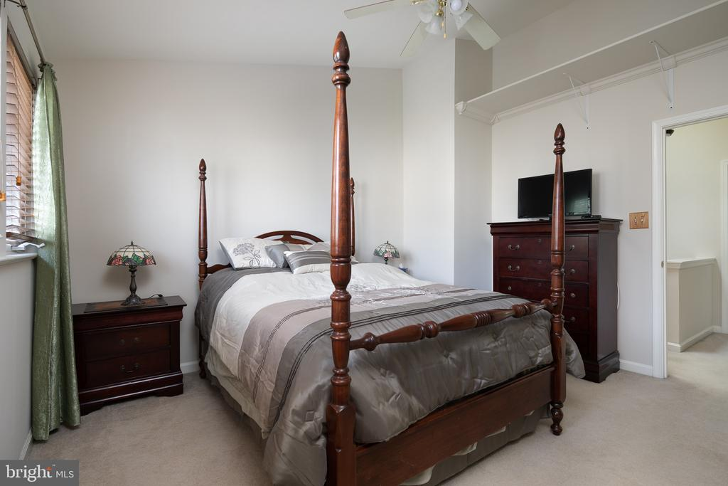 Master Suite with vaulted ceiling - 43190 CENTER ST, CHANTILLY