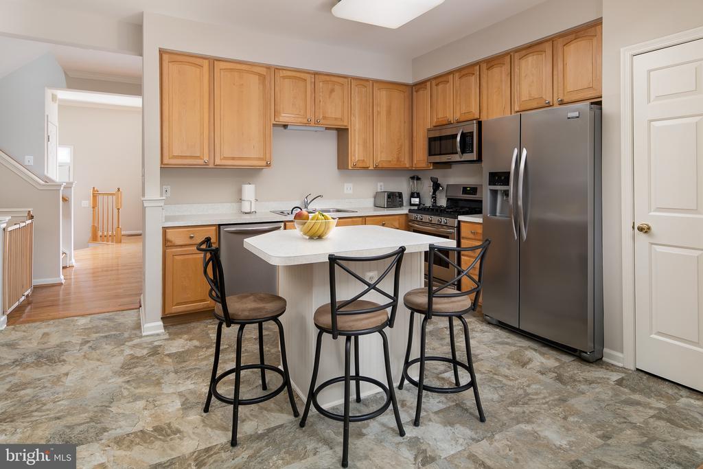 Updated kitchen w/ss appliances & island - 43190 CENTER ST, CHANTILLY