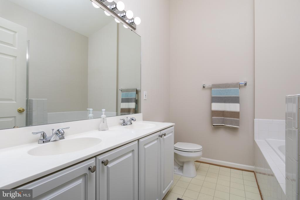 Master bath with double vanity - 43190 CENTER ST, CHANTILLY