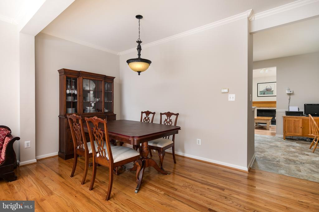 Ample dining room - 43190 CENTER ST, CHANTILLY
