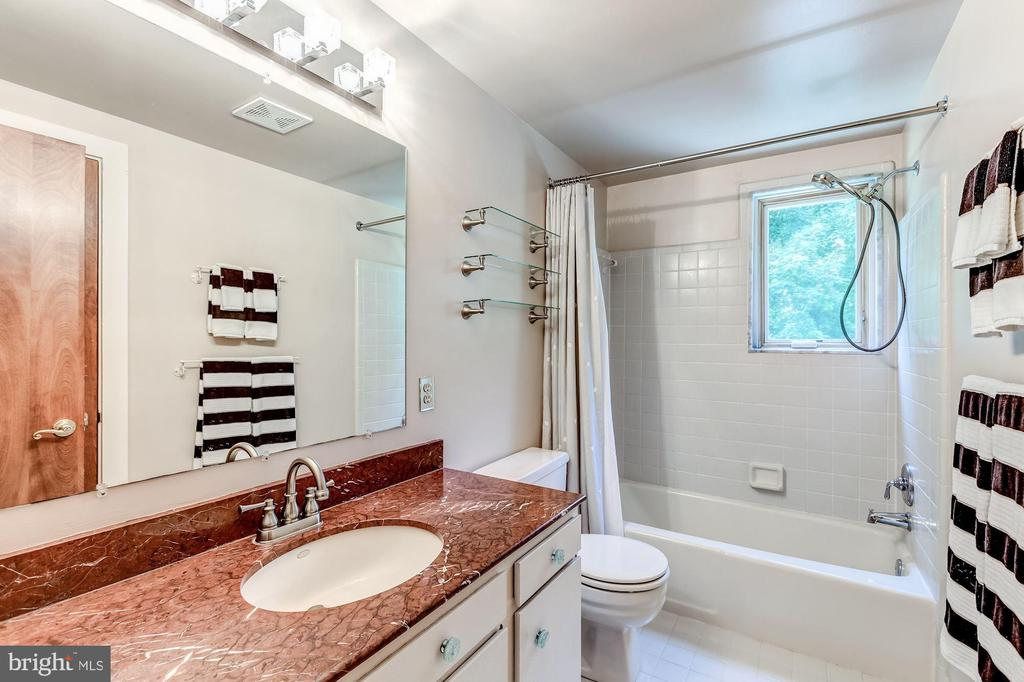 Full bath for guest bedrooms - 23009 COBB HOUSE RD, MIDDLEBURG