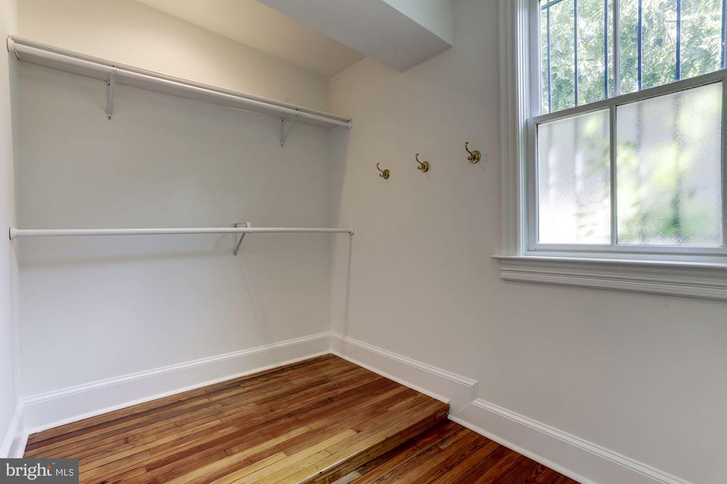 Large walk-in closet off of master bathroom - 534 11TH ST SE, WASHINGTON