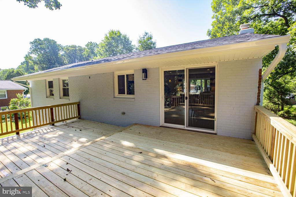 Beautiful deck for entertaining - 9226 DELLWOOD DR, VIENNA