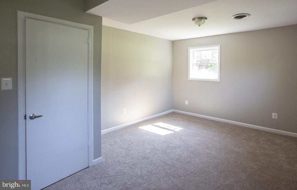 Light-filled 4th bedroom - 9226 DELLWOOD DR, VIENNA