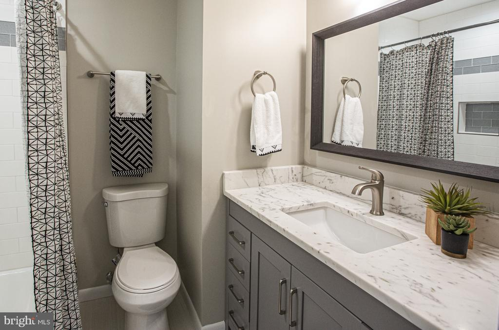 Full hall bath with shower/tub combo - 9226 DELLWOOD DR, VIENNA