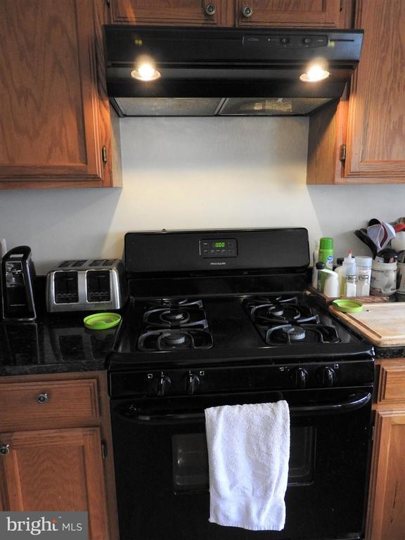 Appliances compliment cabinets and granite! - 305 FALKIRK CT, FREDERICKSBURG