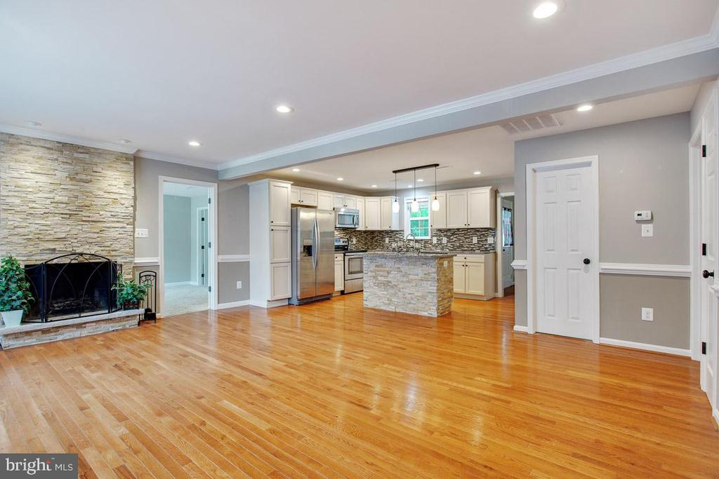 Welcome home..Floor to Ceiling Brick Fireplace - 26 BREEZY HILL DR, STAFFORD