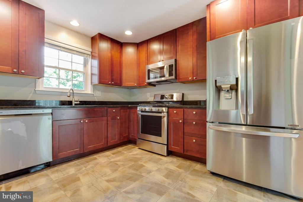 SS appliances, granite counter tops,42 in cabinets - 1007 COLLINGWOOD RD, ALEXANDRIA
