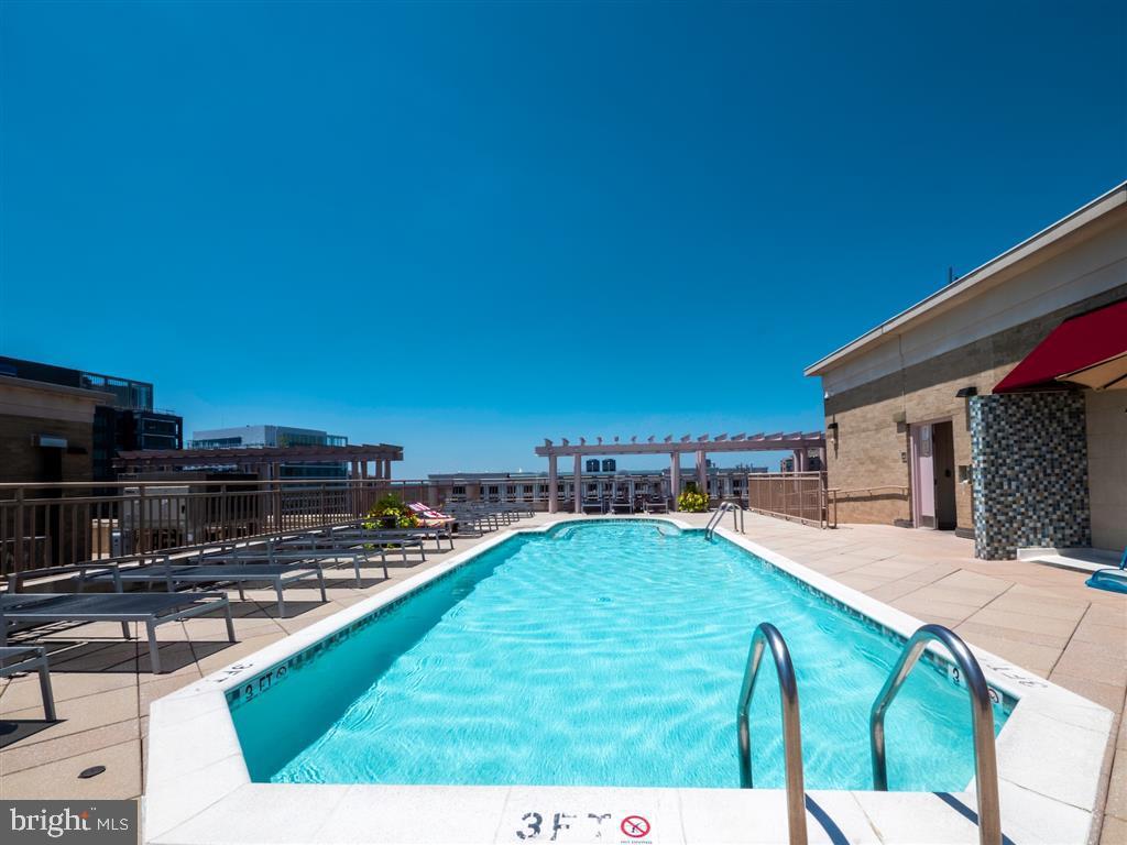 Roof Top Swimming Pool - 888 N QUINCY ST #1002, ARLINGTON