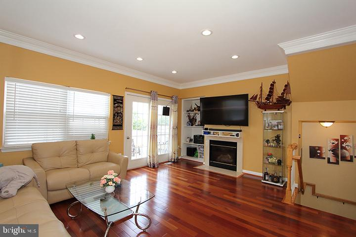Family room with gorgeous brazillian hardwoods - 252 GOLDEN LARCH TER NE, LEESBURG