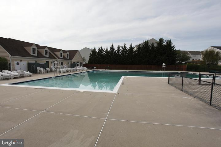 Community outdoor pool - 252 GOLDEN LARCH TER NE, LEESBURG