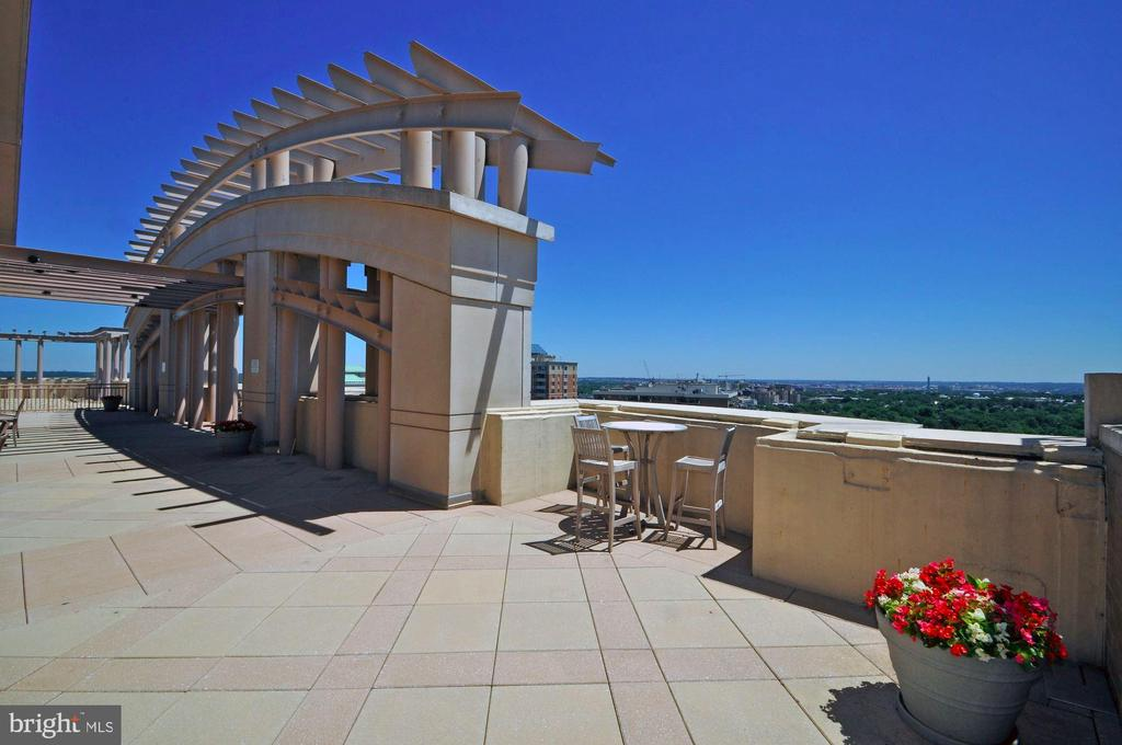 Relax with a glass of wine and gaze at city lights - 888 N QUINCY ST #312, ARLINGTON