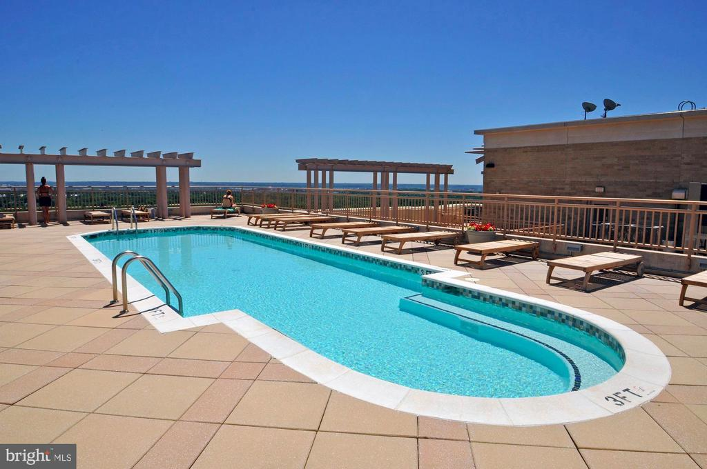Amazing rooftop pool and city views! - 888 N QUINCY ST #312, ARLINGTON