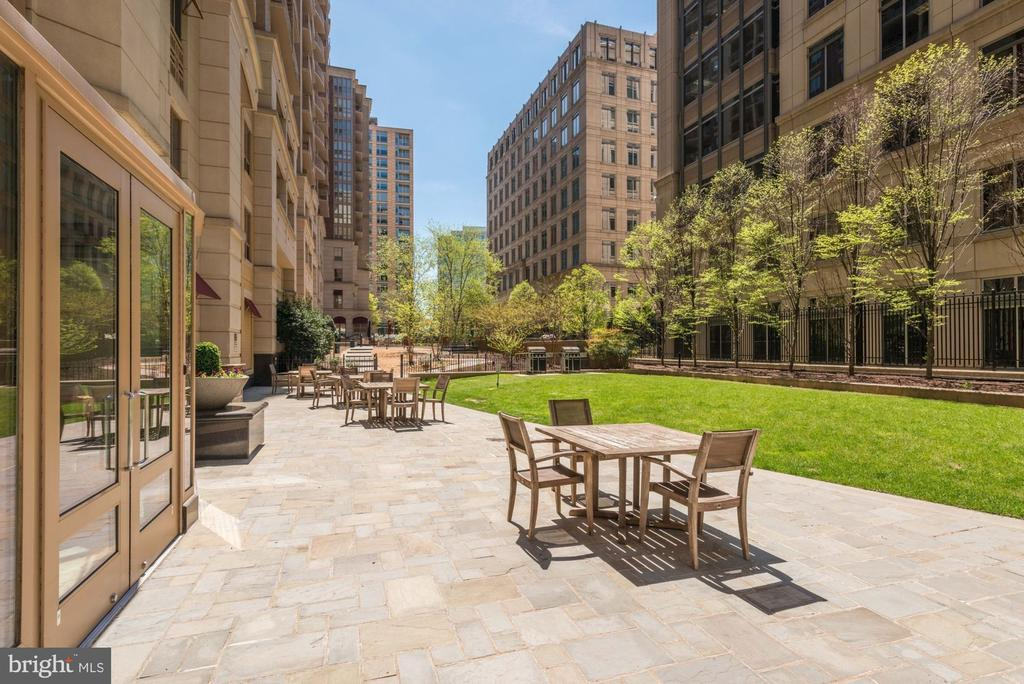 Private courtyard for a bbq - 888 N QUINCY ST #312, ARLINGTON