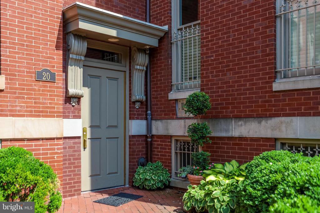 Inviting main entrance. - 20 LOGAN CIR NW #3-3, WASHINGTON