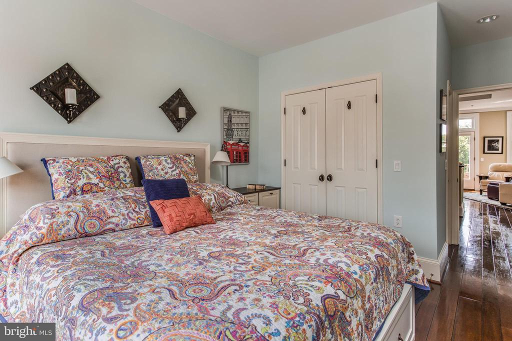 King Size Bed! Ask about buying platform w drawers - 20 LOGAN CIR NW #3-3, WASHINGTON