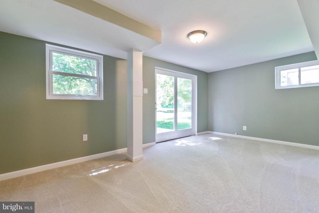 Bonus room in lower lever that opens to backyard - 5119 LAVERY CT, FAIRFAX