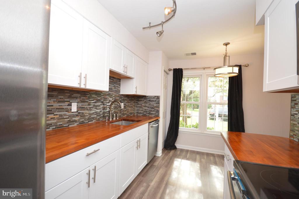 Remodeled kitchen. - 22326 MAYFIELD SQ, STERLING