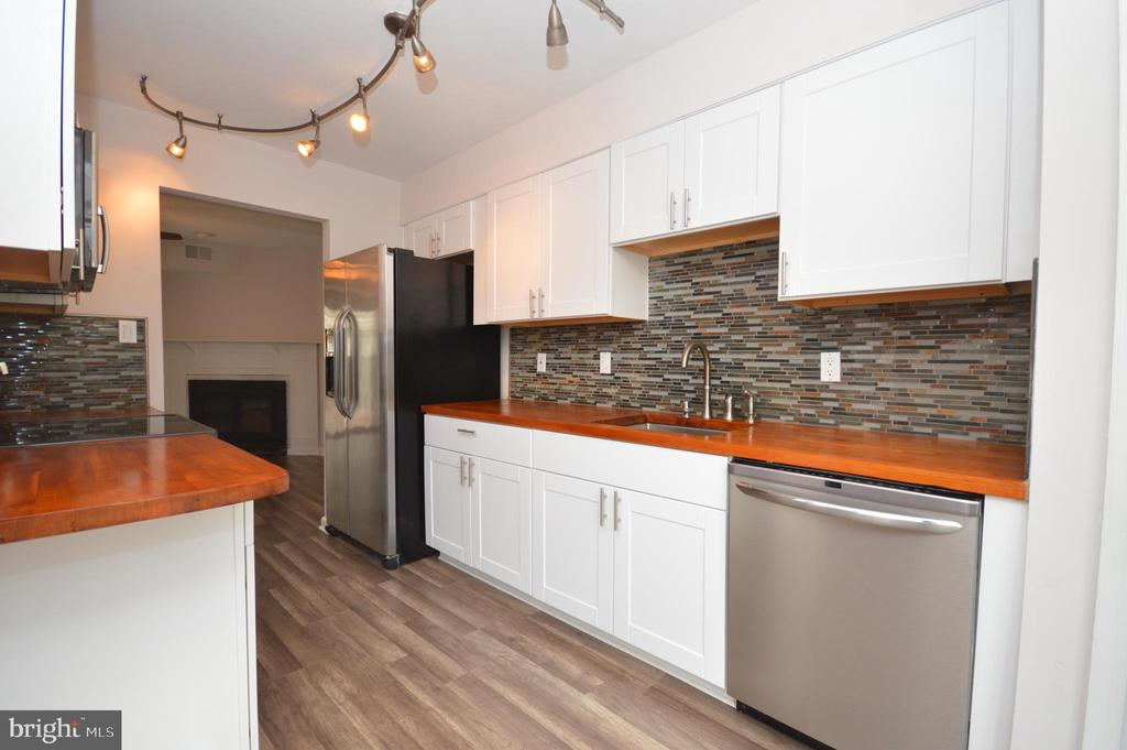 New cabinets and appliances. - 22326 MAYFIELD SQ, STERLING