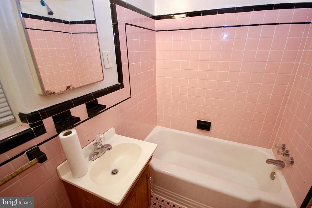 Upper level Full Bath. - 4808 20TH PL N, ARLINGTON