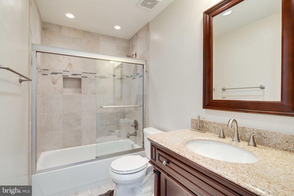 Hall Bathroom - 5432 QUAINT DR, WOODBRIDGE
