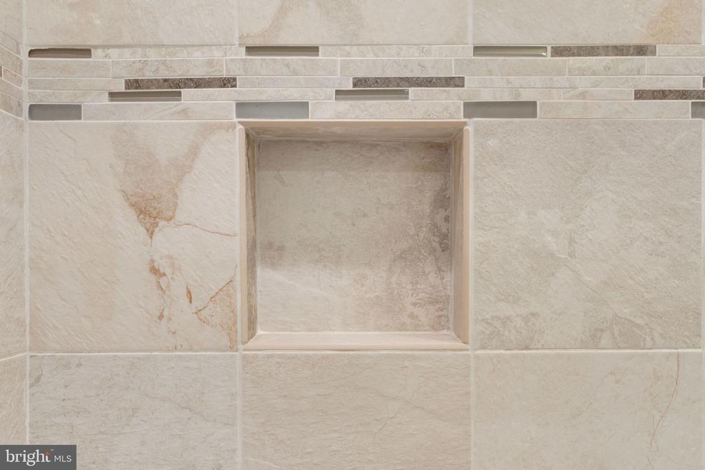 Hall Bathroom Pocket Wall - 5432 QUAINT DR, WOODBRIDGE