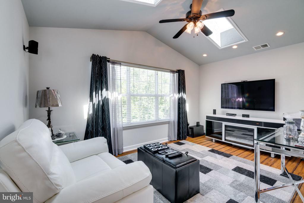 Master Bedroom Sitting Room 2 with Skylights - 5432 QUAINT DR, WOODBRIDGE