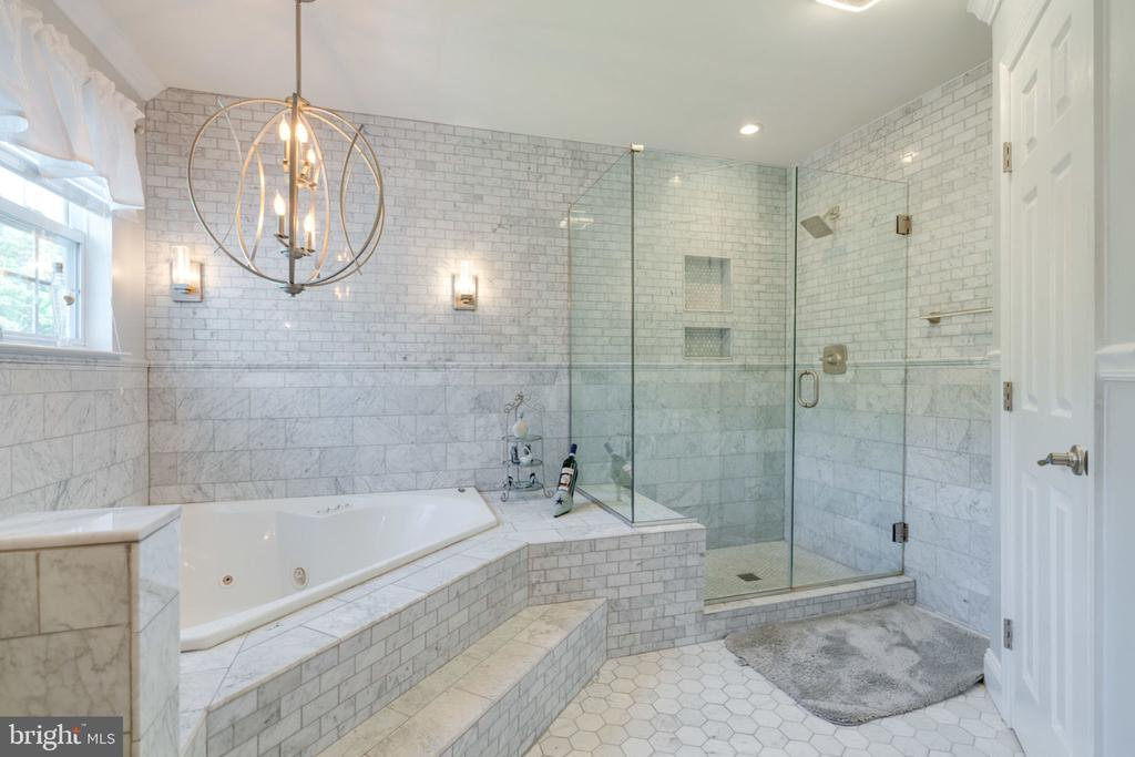 Master Bathroom Jetted Jacuzzi Tub - 5432 QUAINT DR, WOODBRIDGE