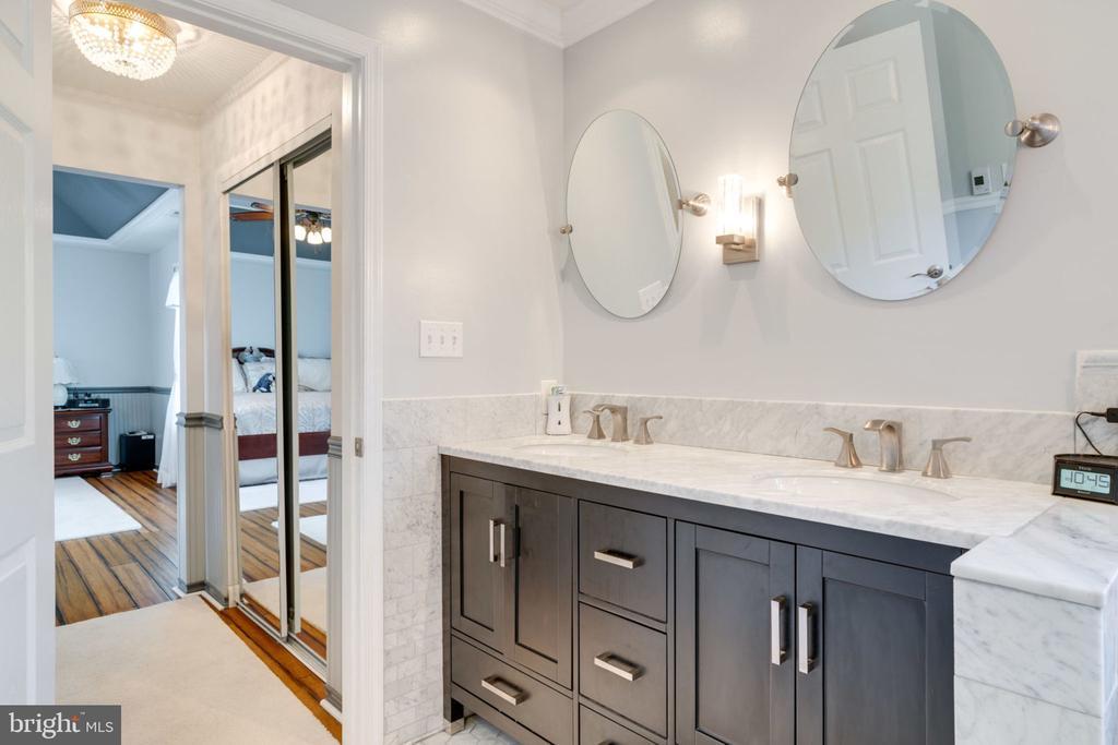 Master Bathroom Double Vanities - 5432 QUAINT DR, WOODBRIDGE