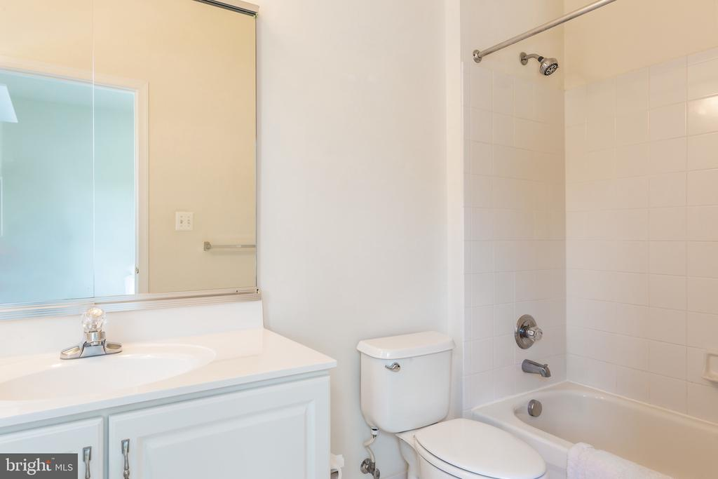 2nd en-suite bath w/ bath tub & shower - 25558 MIMOSA TREE CT, CHANTILLY