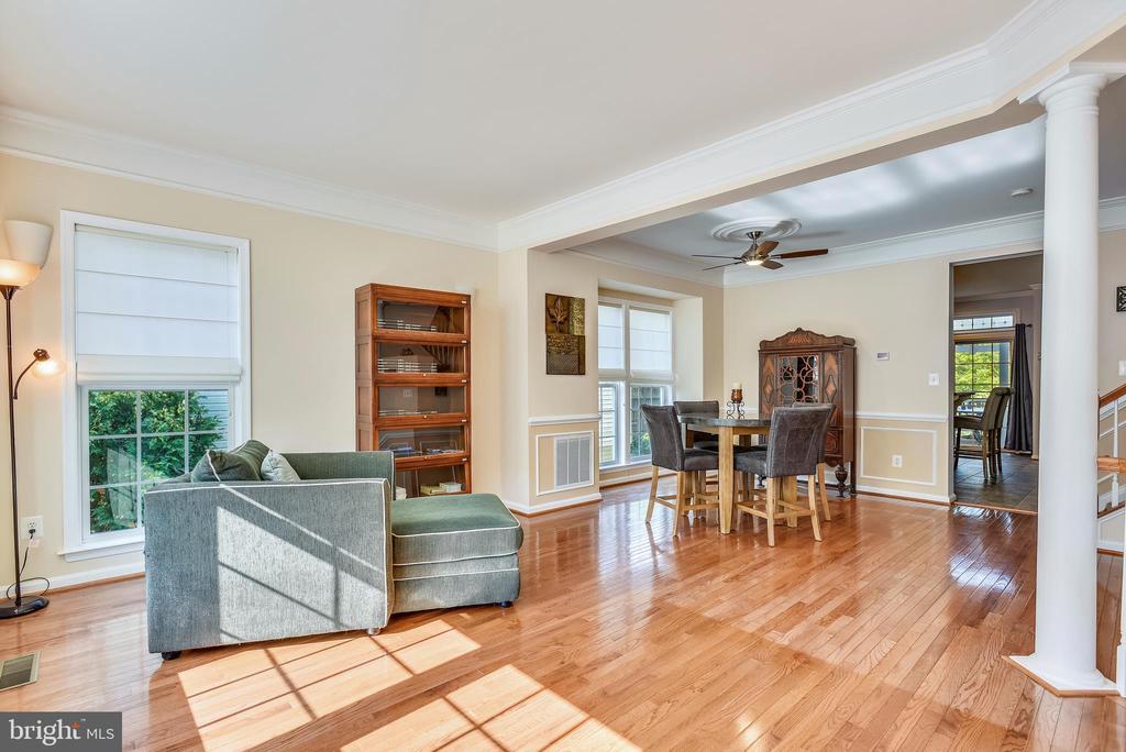 Large living room~ with oak hardwood flooring - 21935 WINDY OAKS SQ, BROADLANDS
