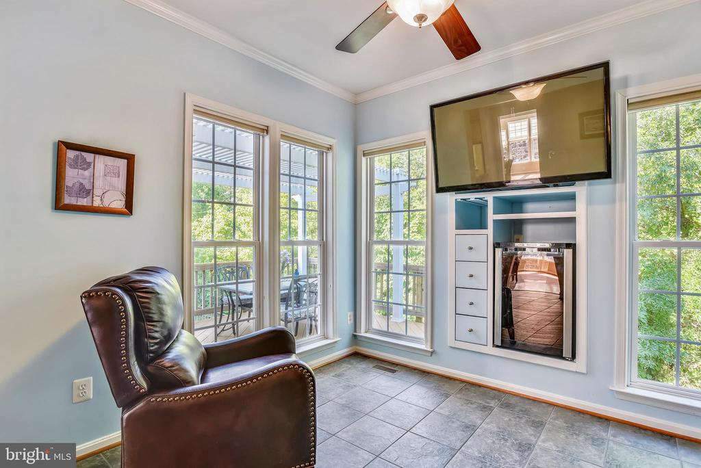 Sunroom with TV mount and Wine bar - 21935 WINDY OAKS SQ, BROADLANDS