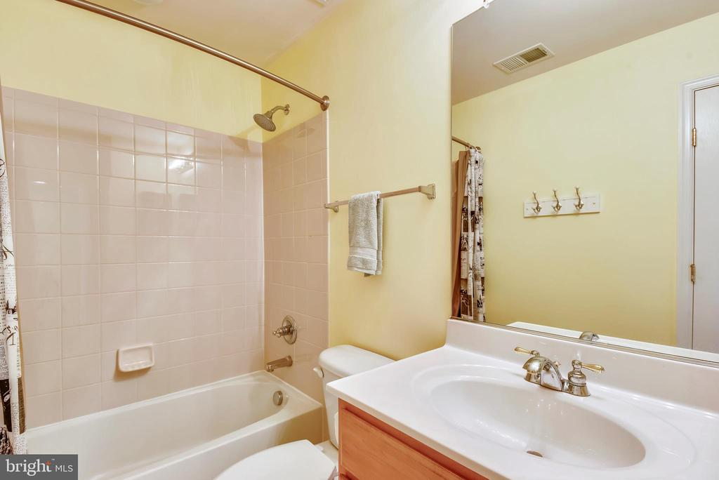 Upper hall bathroom - 21935 WINDY OAKS SQ, BROADLANDS