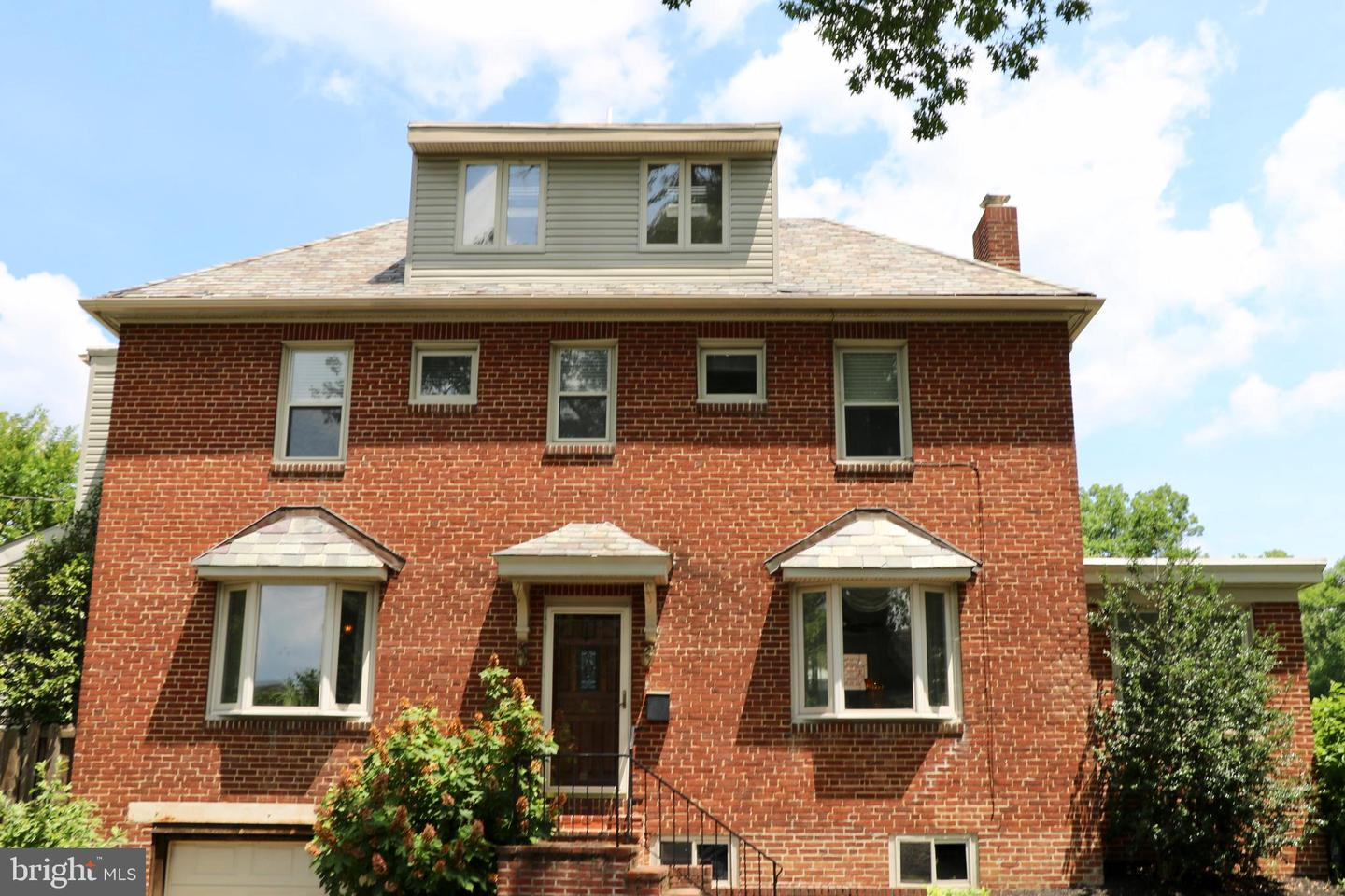 Photo of home for sale at 915 Bancroft Parkway, Wilmington DE