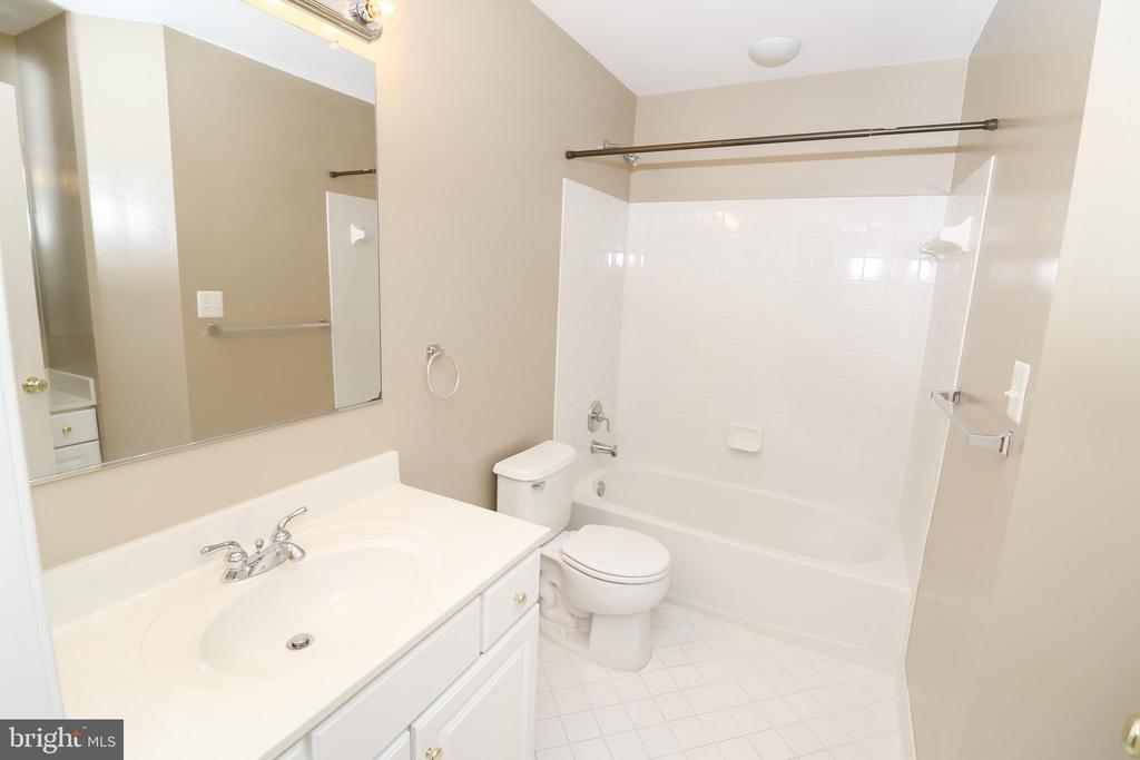 Hall Bathroom on Upper Level - 43350 SNEAD LN, SOUTH RIDING