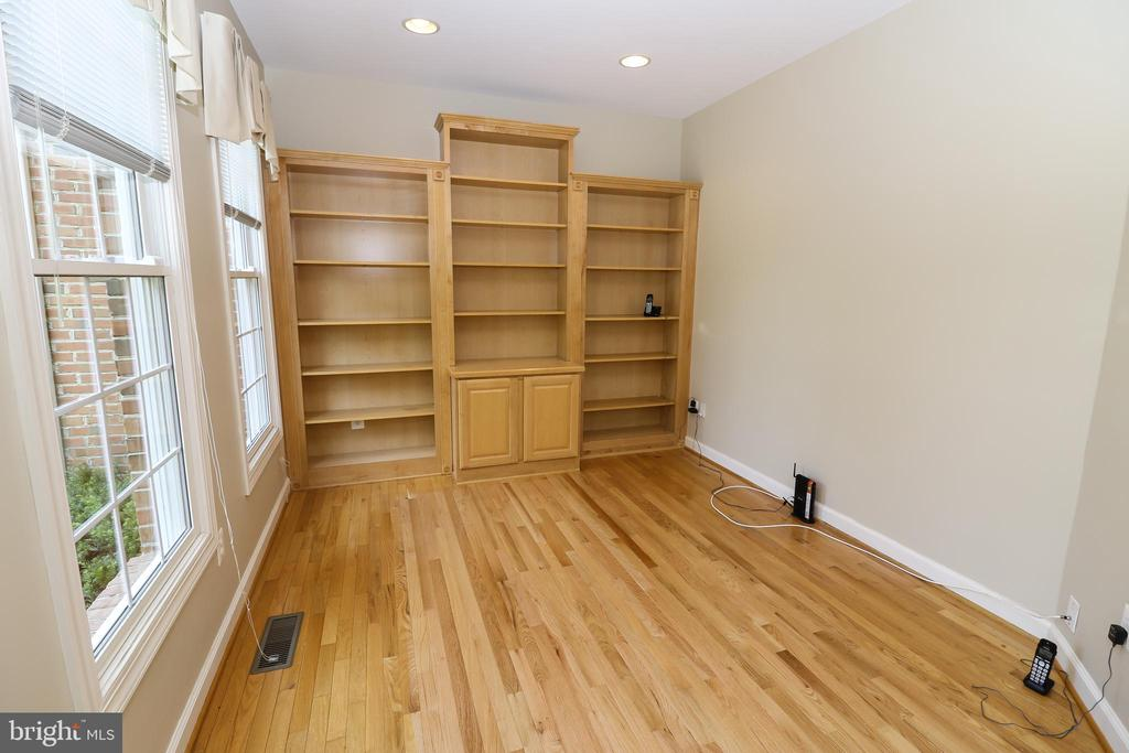Study with Built In Book Shelves - 43350 SNEAD LN, SOUTH RIDING