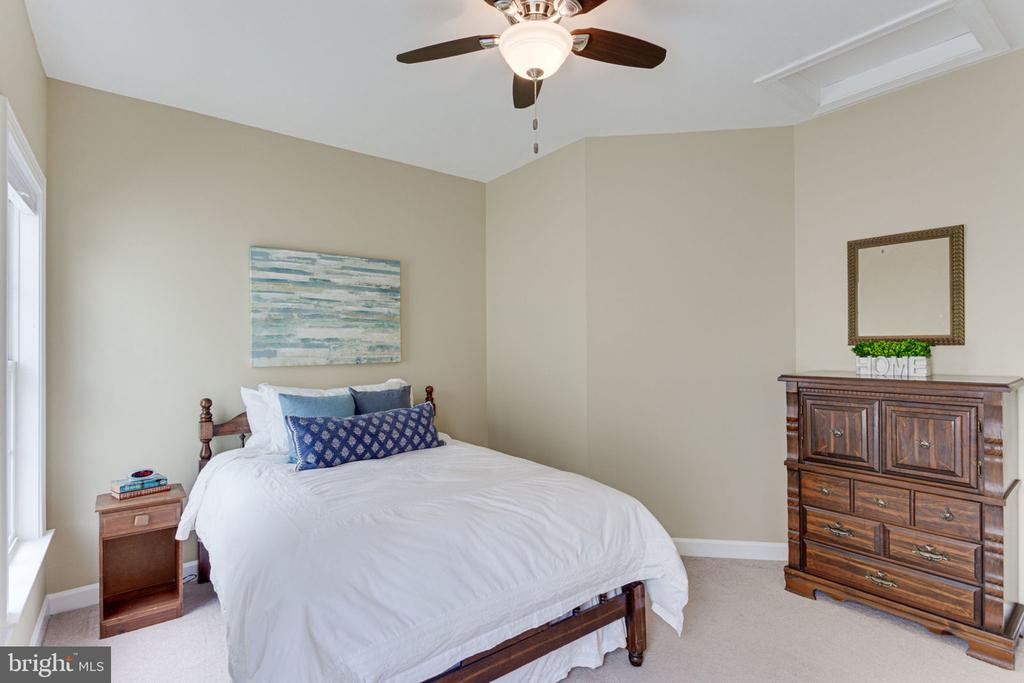 Upper Level Bedroom w with ith Ceiling Fan - 2625 AMANDA CT, VIENNA