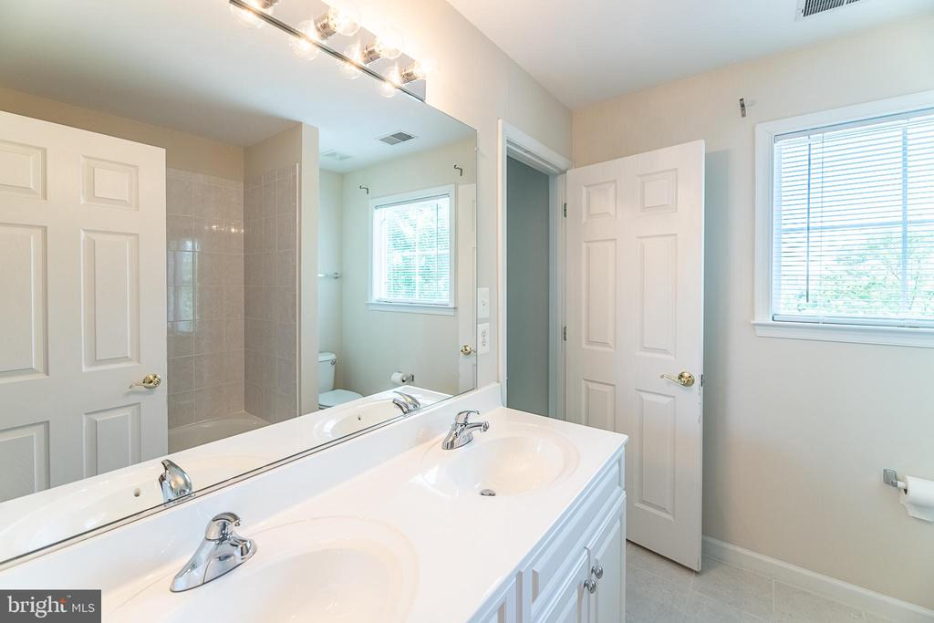 Additional upper level bath - 23068 PECOS LN, BRAMBLETON