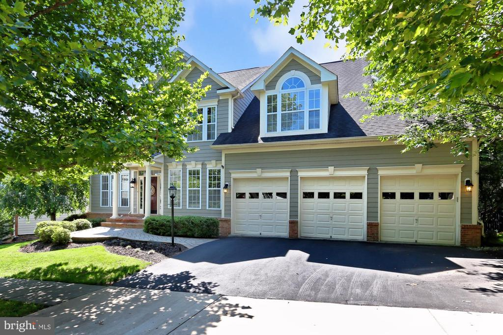 3 car garage with wide driveway - 43937 RIVERPOINT DR, LEESBURG