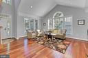 Bright living room with vaulted ceiling - 43937 RIVERPOINT DR, LEESBURG