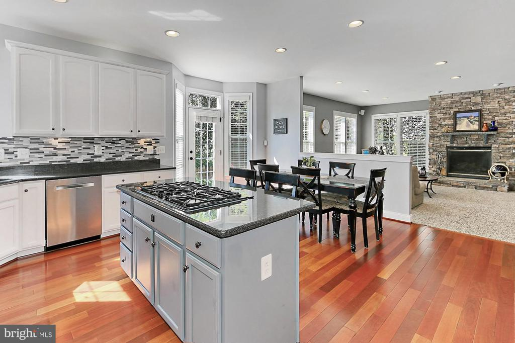Large, bright kitchen open to family room - 43937 RIVERPOINT DR, LEESBURG